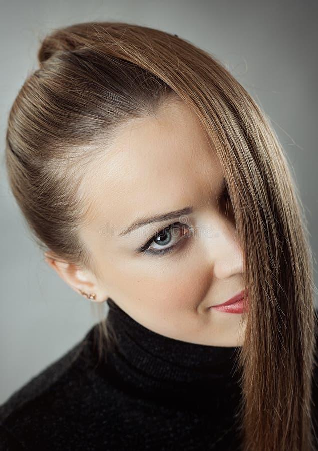 Mulher com cabelo longo reto imagens de stock royalty free