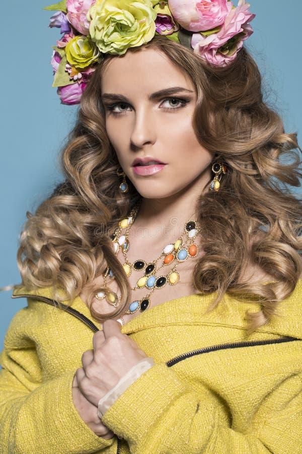 Mulher com cabelo louro encaracolado longo com a faixa luxuoso das flores imagens de stock