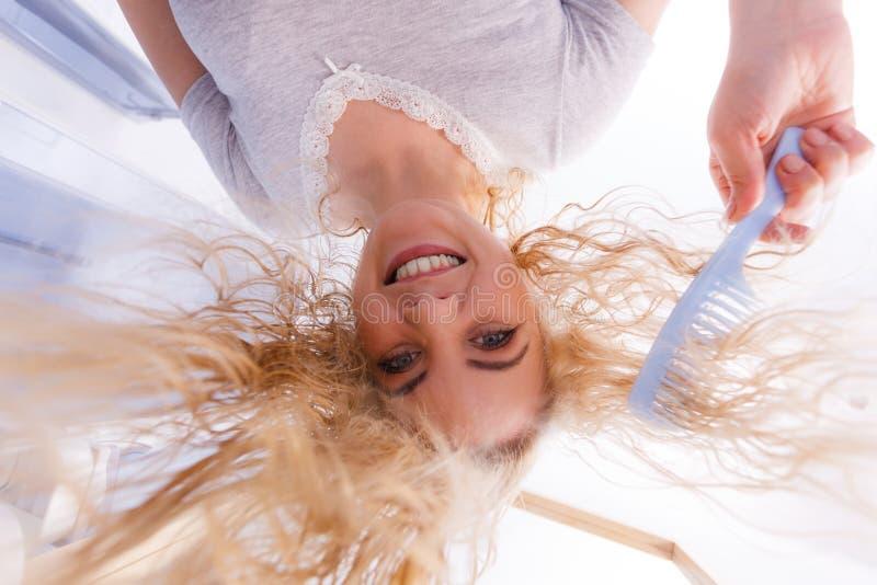 Mulher com cabelo louro molhado fotografia de stock royalty free