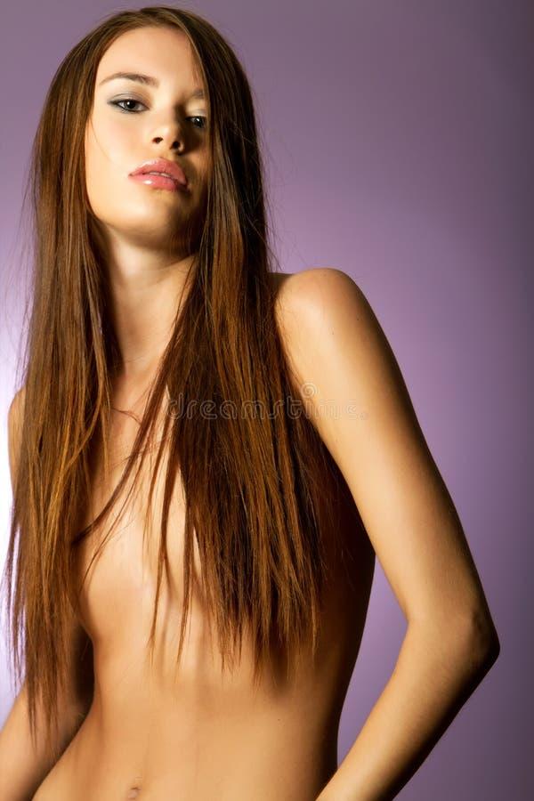 Mulher com cabelo marrom longo imagens de stock