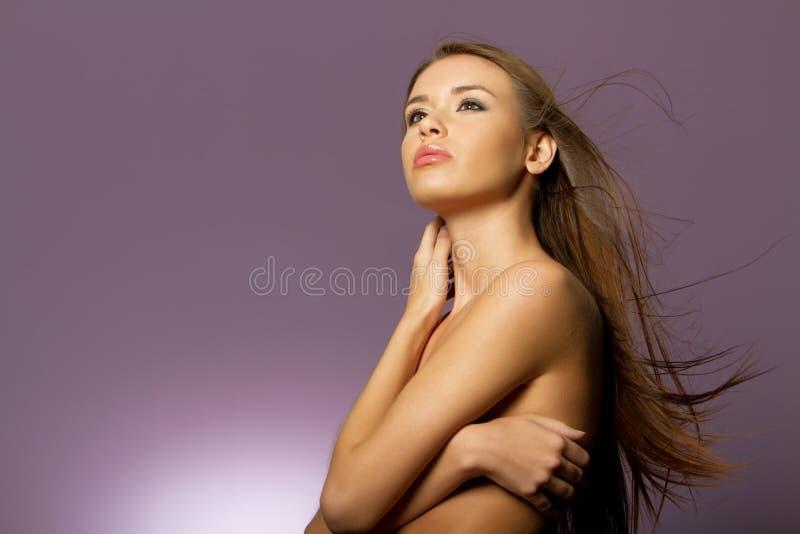 Mulher com cabelo marrom longo imagem de stock