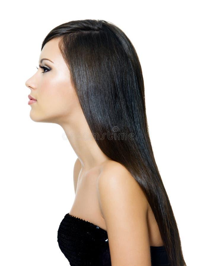 Mulher com cabelo marrom saudável longo fotografia de stock royalty free