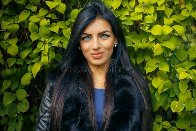 Mulher com cabelo preto longo fotos de stock royalty free
