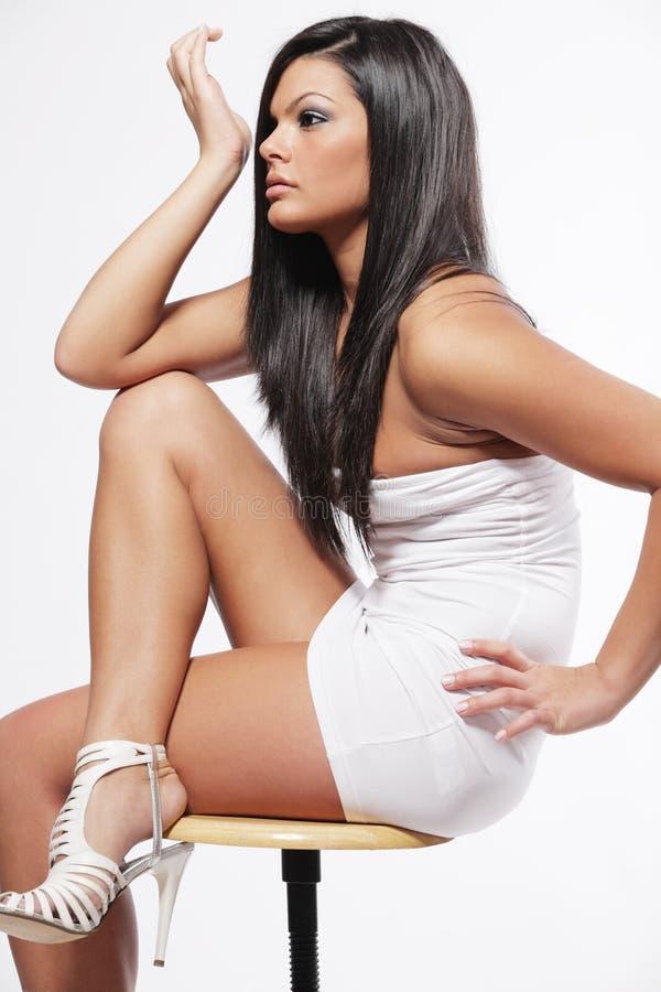 Mulher com cabelo preto longo no fundo branco. imagem de stock royalty free