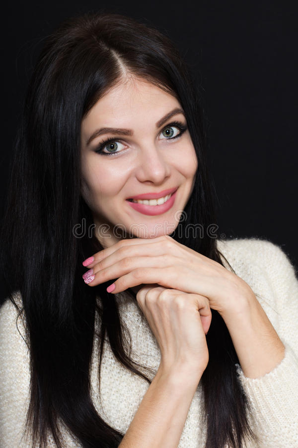 Mulher com cabelo preto por muito tempo reto e uma camiseta branca em um fundo escuro fotos de stock