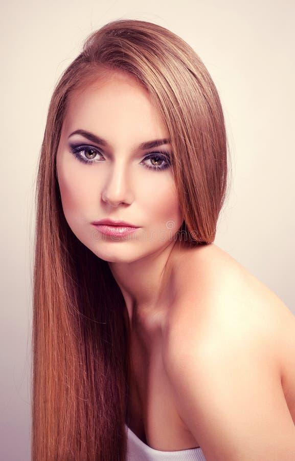 Mulher com cabelo reto longo imagem de stock royalty free