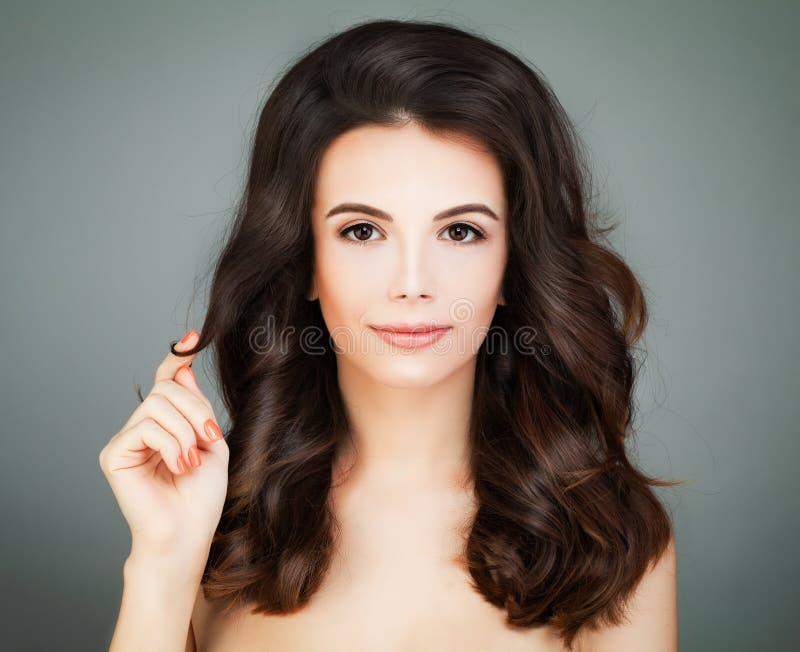 Mulher com cabelo saudável e a pele clara que tocam em seu Ha fotografia de stock royalty free
