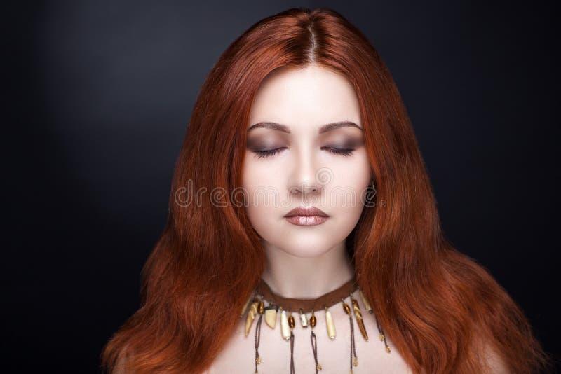 Mulher com cabelo vermelho fotografia de stock royalty free