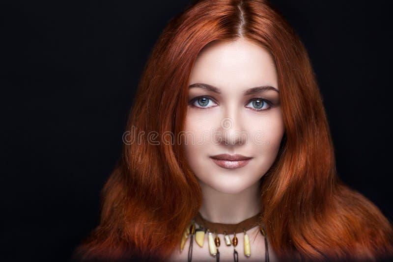 Mulher com cabelo vermelho foto de stock