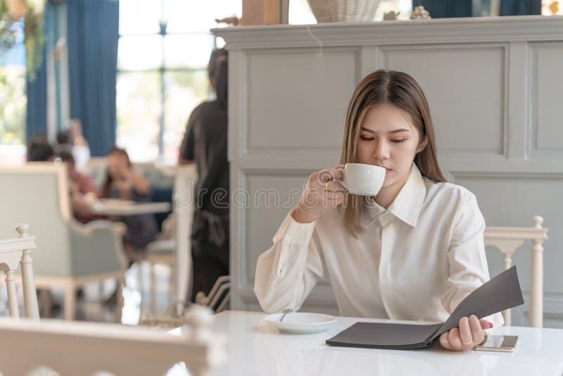 Mulher com café da leitura e da bebida imagem de stock royalty free