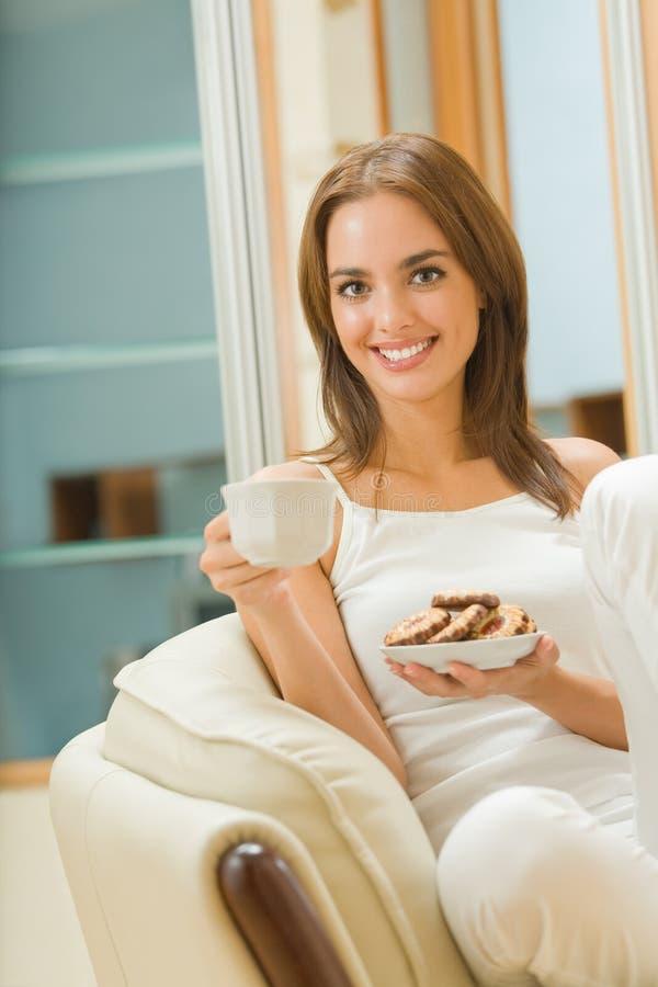 Mulher com café e sobremesas imagens de stock royalty free