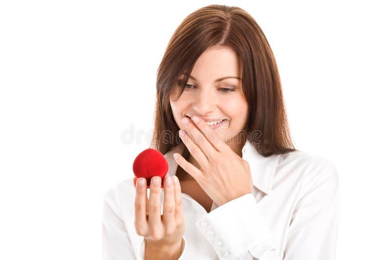 Mulher com a caixa com anel de noivado fotos de stock