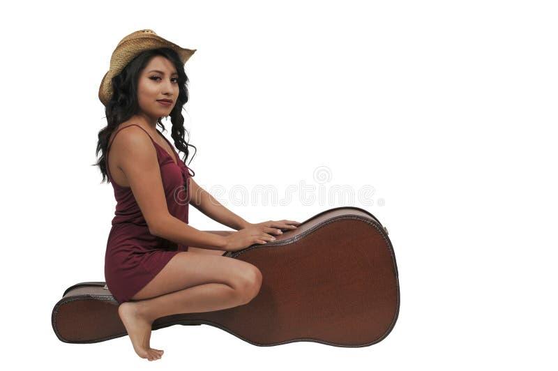 Mulher com caixa da guitarra fotografia de stock royalty free