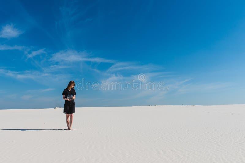 Mulher com caminhada do aquário no horizonte do deserto imagem de stock royalty free