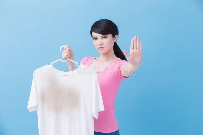 Mulher com camisa suja imagem de stock royalty free