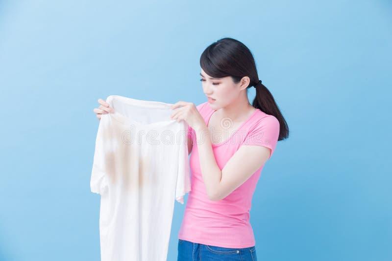 Mulher com camisa suja fotografia de stock