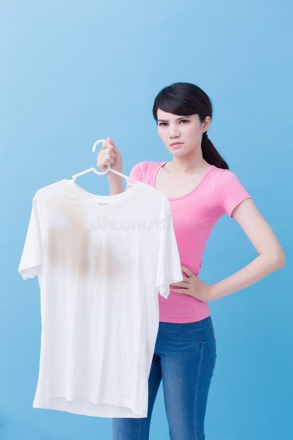 Mulher com camisa suja fotos de stock