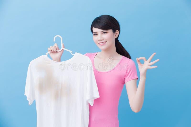 Mulher com camisa suja foto de stock royalty free