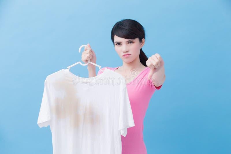 Mulher com camisa suja imagem de stock