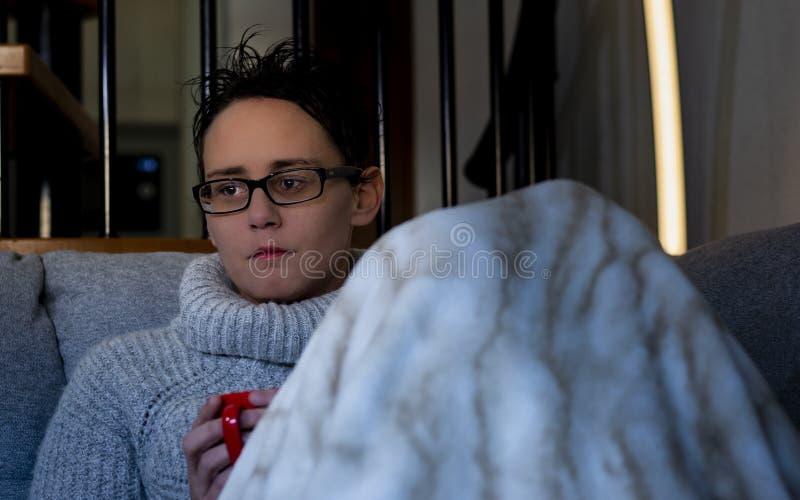 Mulher com caneca e a cobertura vermelhas fotografia de stock