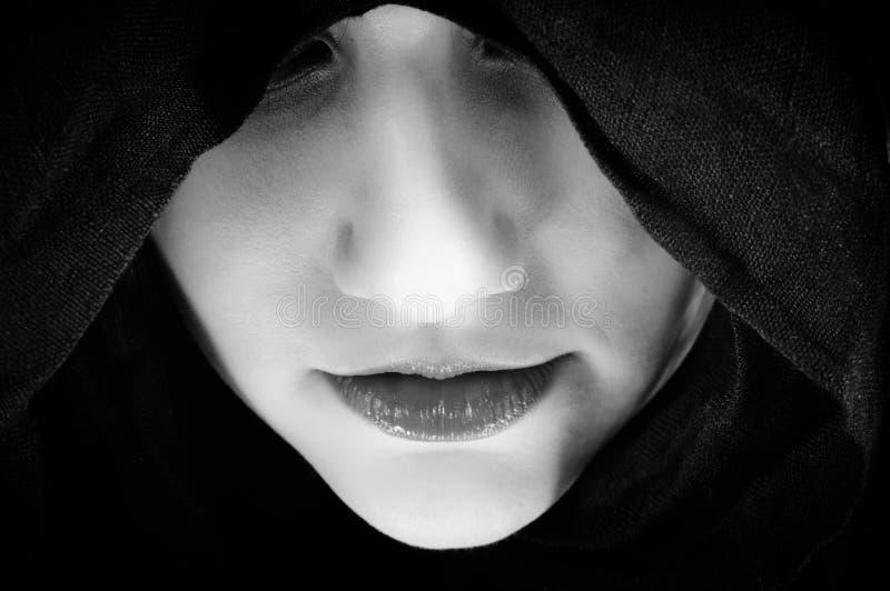 Mulher com capa preta imagem de stock