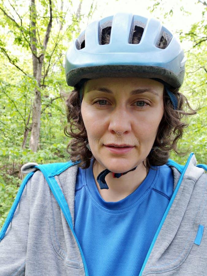 Mulher com capacete - retrato do ciclista imagens de stock royalty free