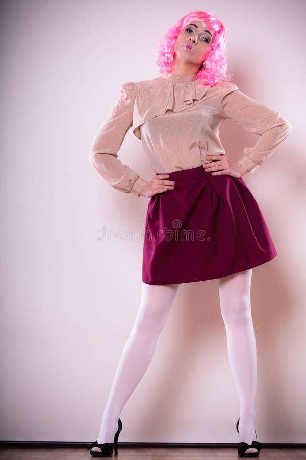Download Mulher Com Cara Criativa Da Peruca Cor-de-rosa Imagem de Stock - Imagem de mannequin, rosa: 65577155