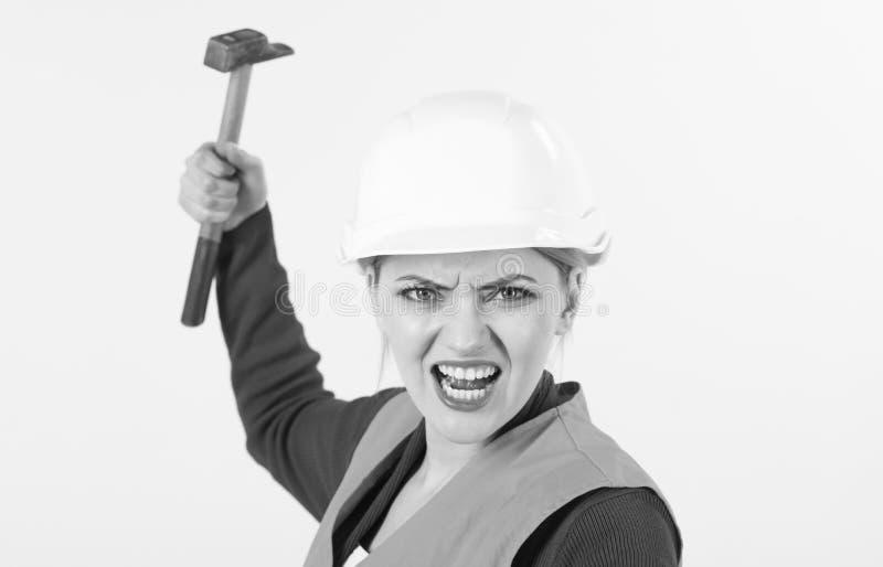 A mulher com cara da gritaria guarda o martelo, isolado no fundo branco imagem de stock royalty free