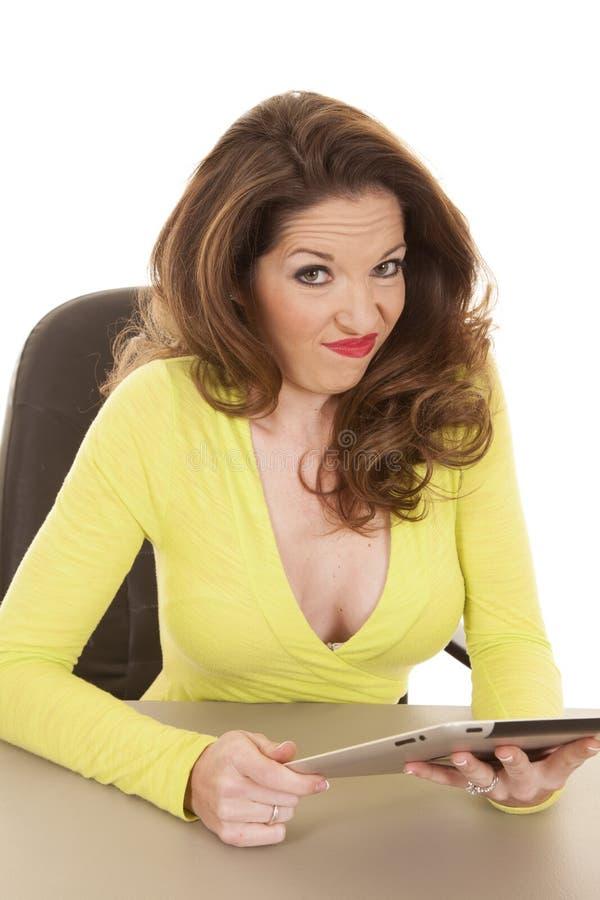Mulher com a cara engraçada amarela da camisa e da tabuleta fotos de stock
