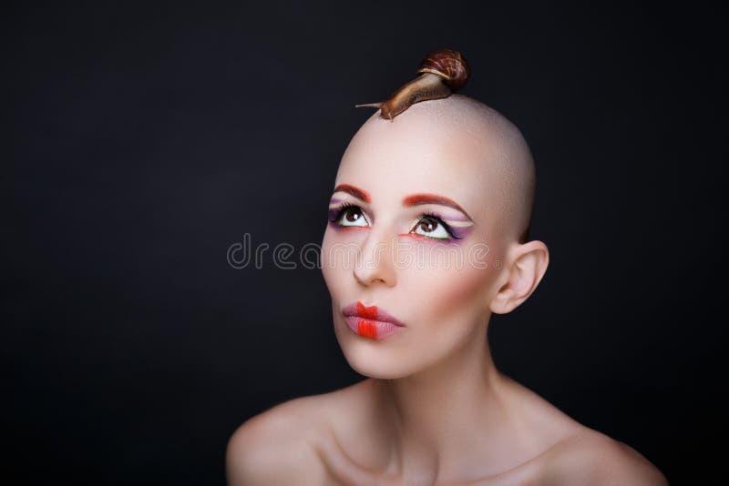 Mulher com caracóis fotografia de stock royalty free