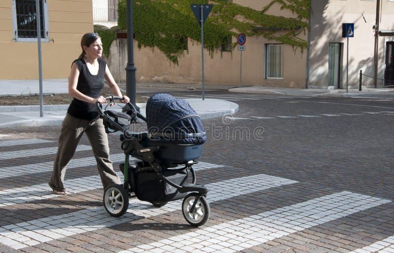 Mulher com carrinho de criança fotos de stock