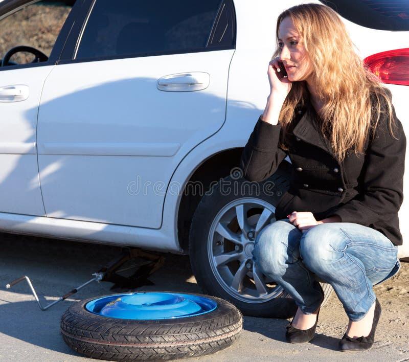 Mulher com carro danificado imagens de stock royalty free