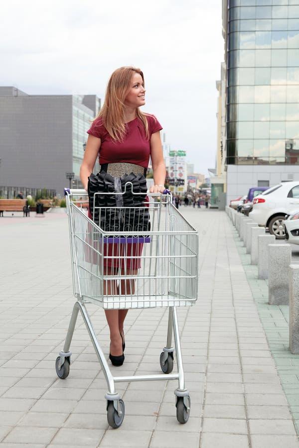 Mulher com carro de compra fotos de stock royalty free