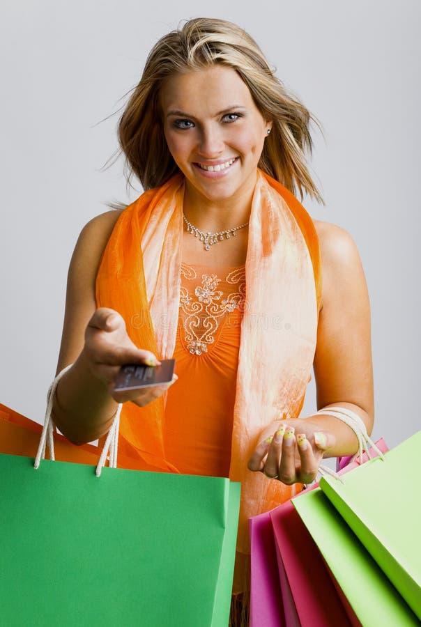 Mulher com cartão de crédito foto de stock royalty free