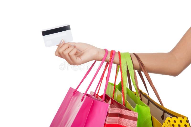 Mulher com cartão de crédito e sacos de compra imagem de stock royalty free