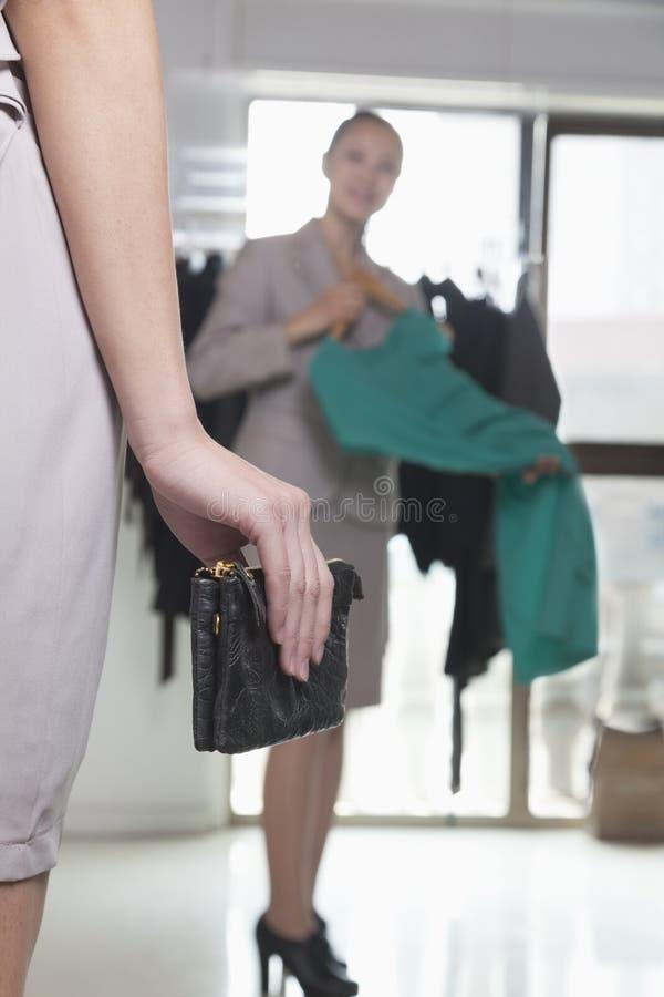 Mulher com a carteira na loja da fôrma, close-up imagem de stock royalty free