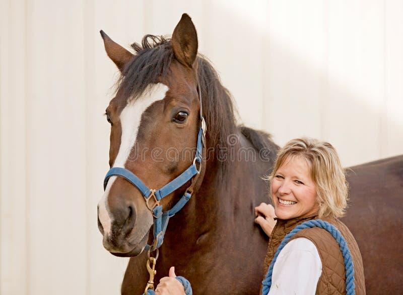Mulher com cavalo fotografia de stock