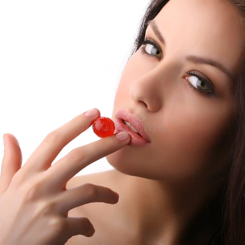 Mulher com cereja fotografia de stock