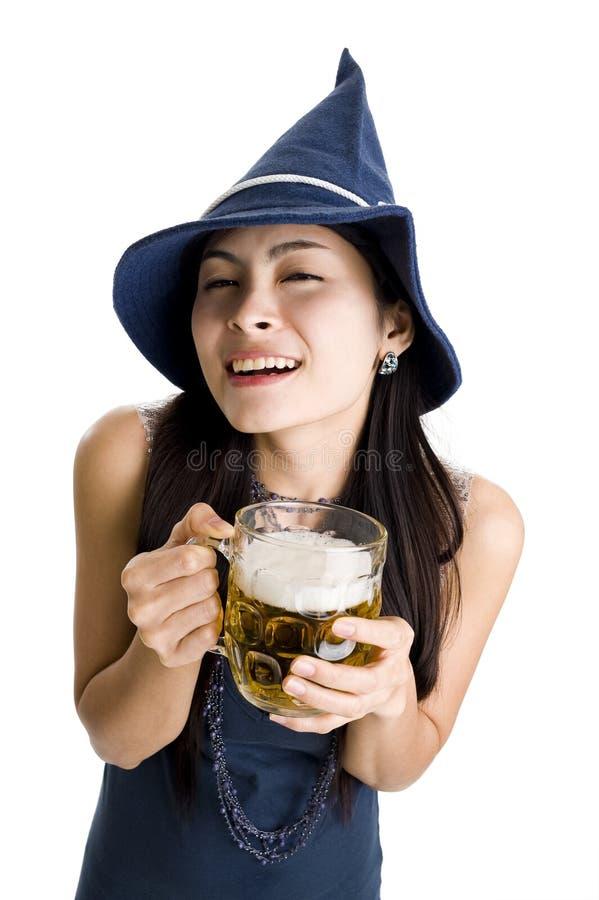 Mulher com cerveja de esboço fotos de stock