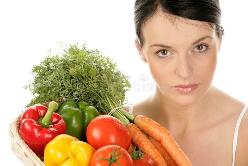 Mulher com a cesta com vegetais foto de stock