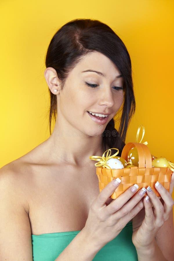Mulher com cesta de Easter foto de stock royalty free