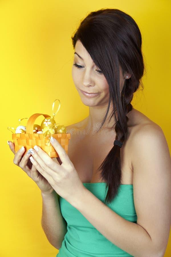 Mulher com cesta de Easter imagens de stock royalty free