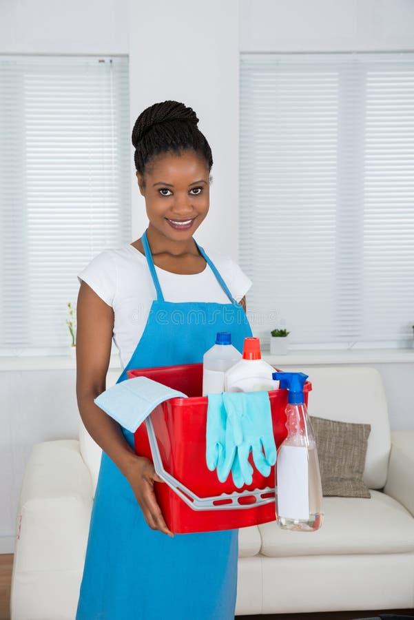 Mulher com cesta e equipamento da limpeza fotos de stock