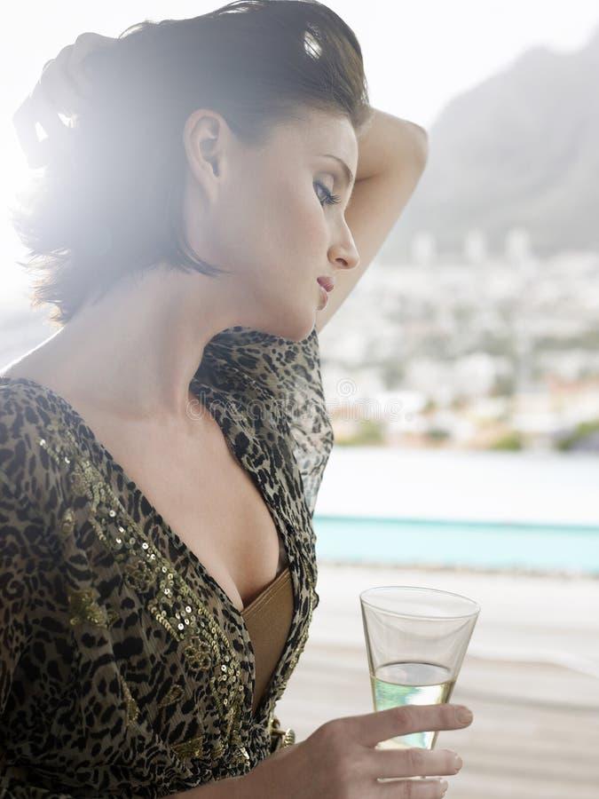 Mulher com Champagne Glass Outdoors imagem de stock royalty free