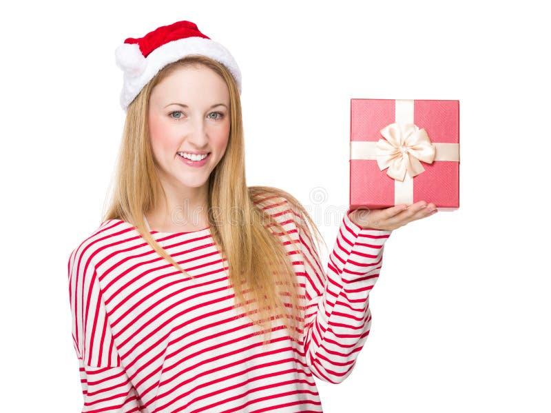 Mulher com chapéu do Xmas e mostra com caixa de presente fotos de stock