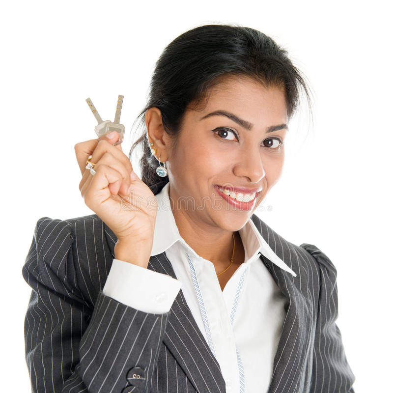 Mulher com chave da casa imagens de stock