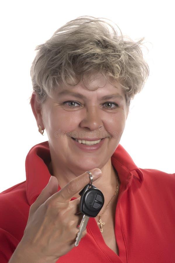 Mulher com chave do carro fotografia de stock