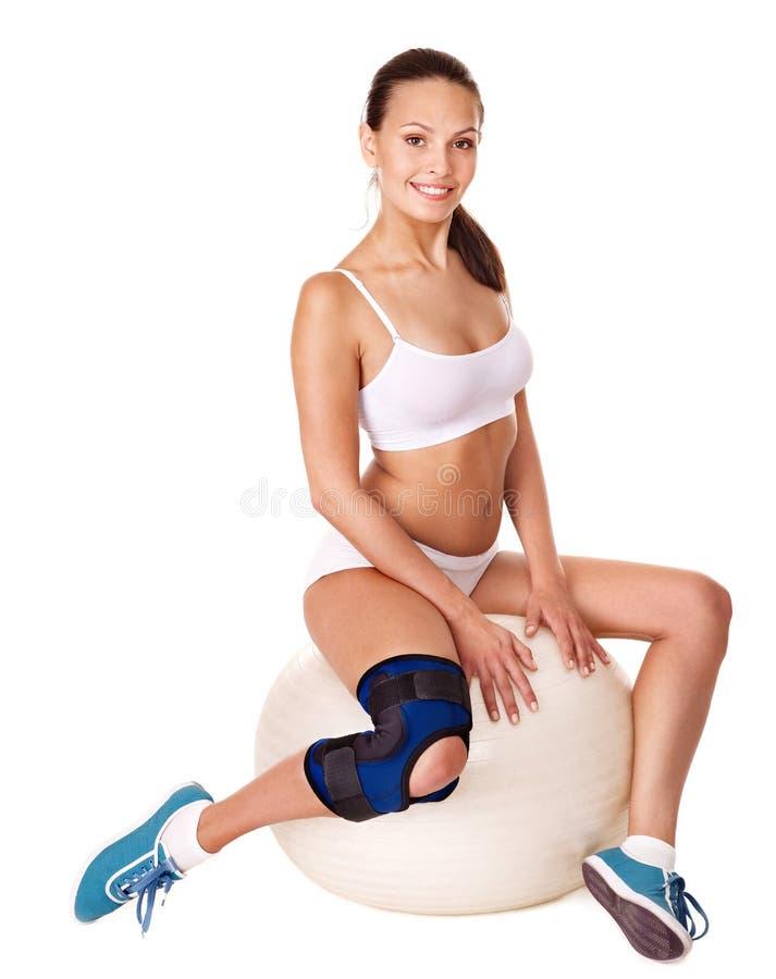 Mulher com cinta de joelho. fotografia de stock royalty free
