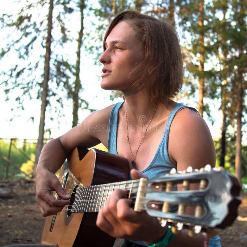 Mulher com close up da guitarra fotos de stock