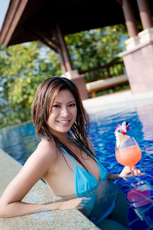 Mulher com cocktail foto de stock